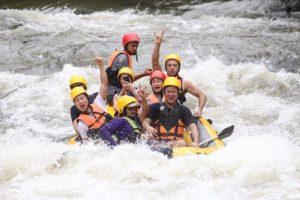 Сплав по реке на рафтах в национальном парке Кхао Яй