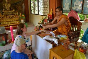 Благословения монаха в храме Ват Пхра Яй