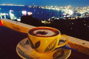 Кофе с видом на ночную Паттайю